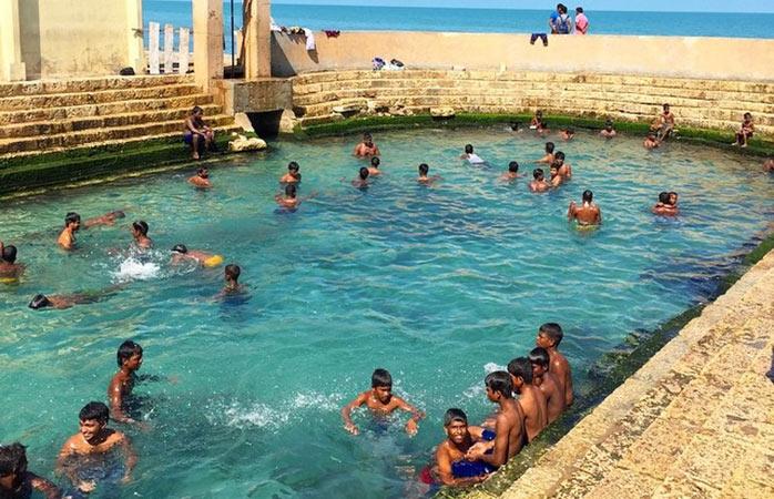 Dzieci pływające w gorących źródłach Keerimalai