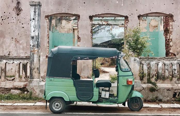 Tuk-tuk czekający na kierowcę i pasażerów w Dżafnie