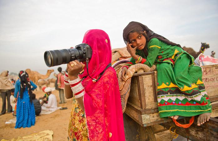 Ami uczy Subitę i jej siostrę obsługi aparatu